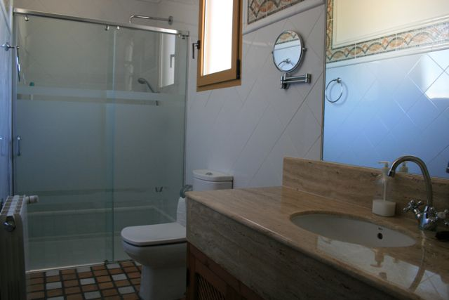 """Facilities at """"Los Claros"""". Bathroom"""